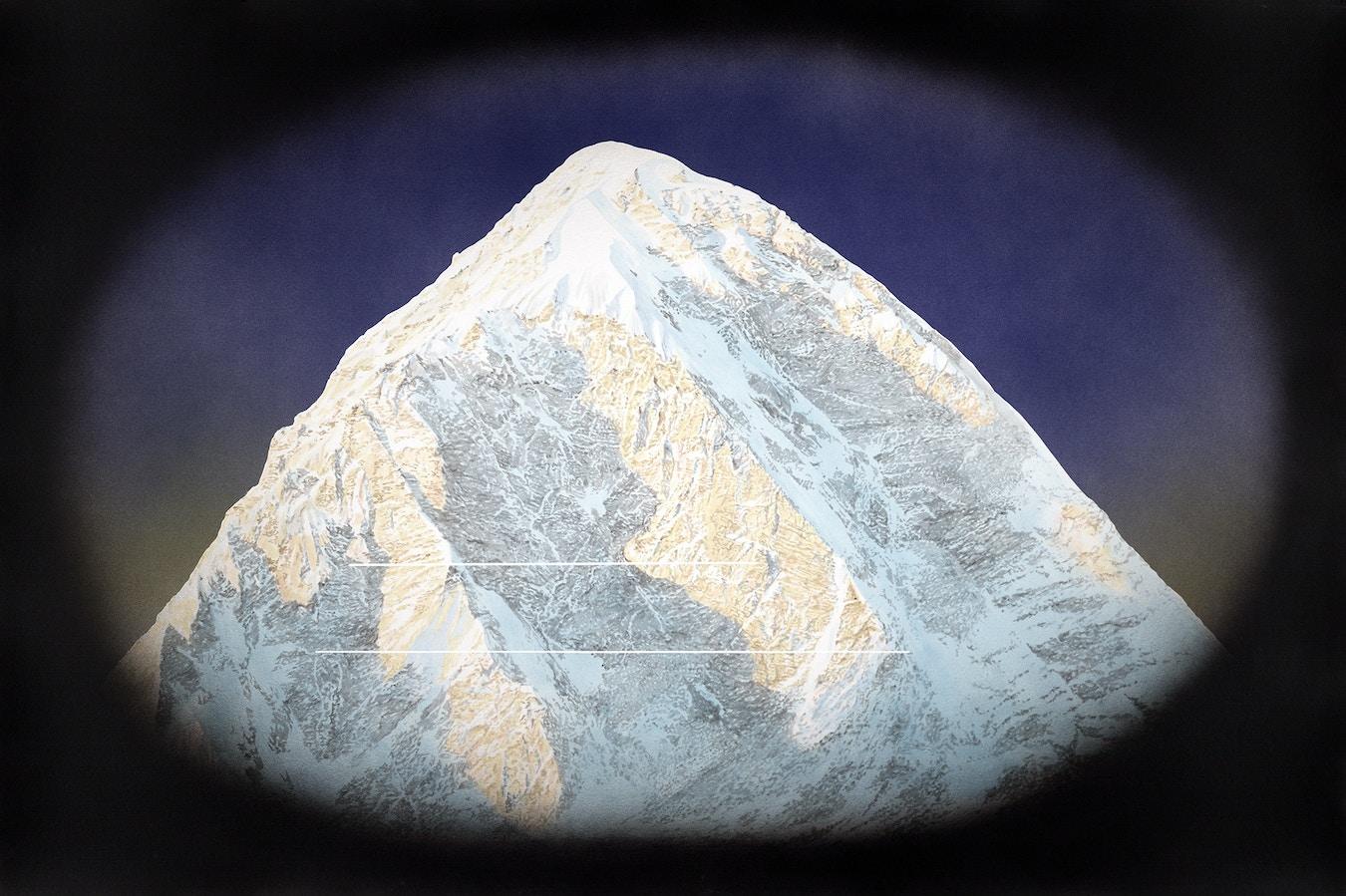 Bilde av en fjelltopp med sort, myk ramme rundt.