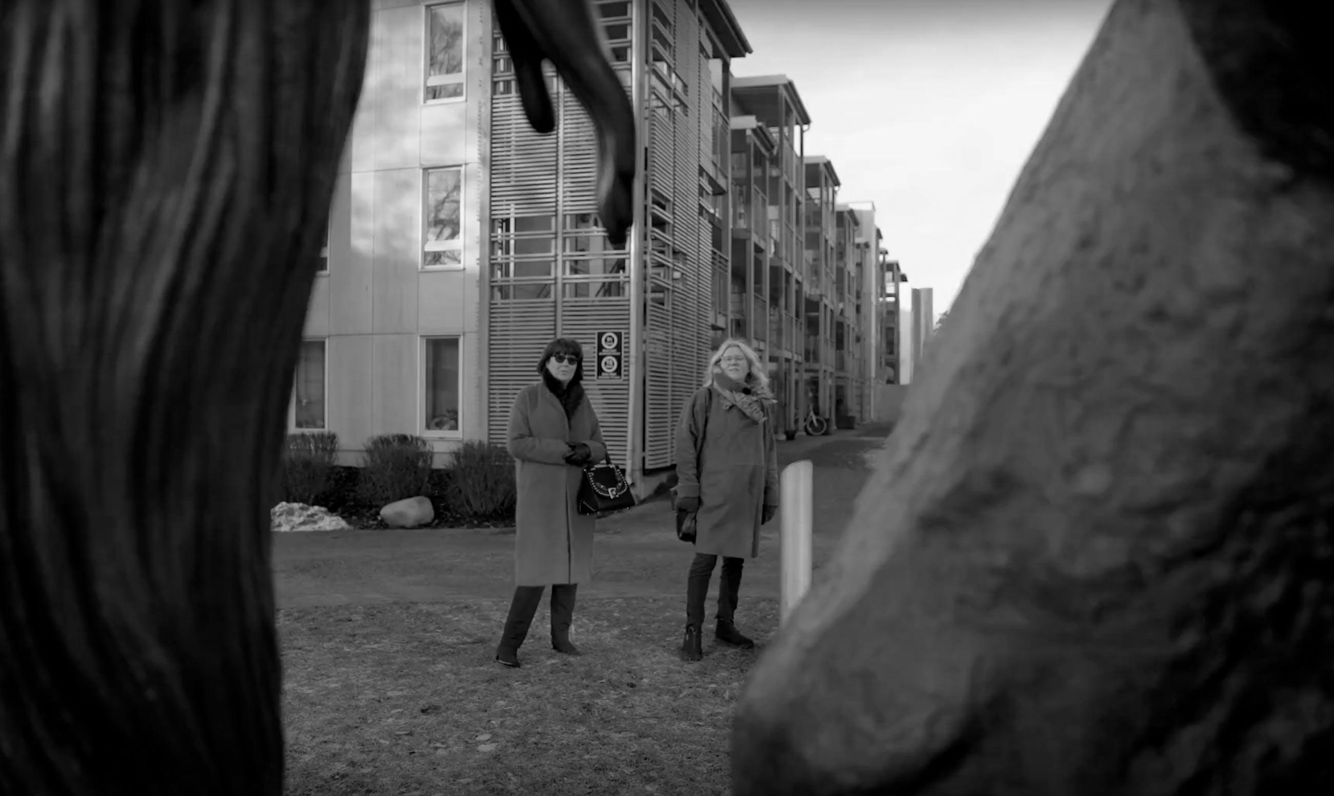 Elena Engelsen og Kirsten Kokkin i Peer Gynt-parken på Løren