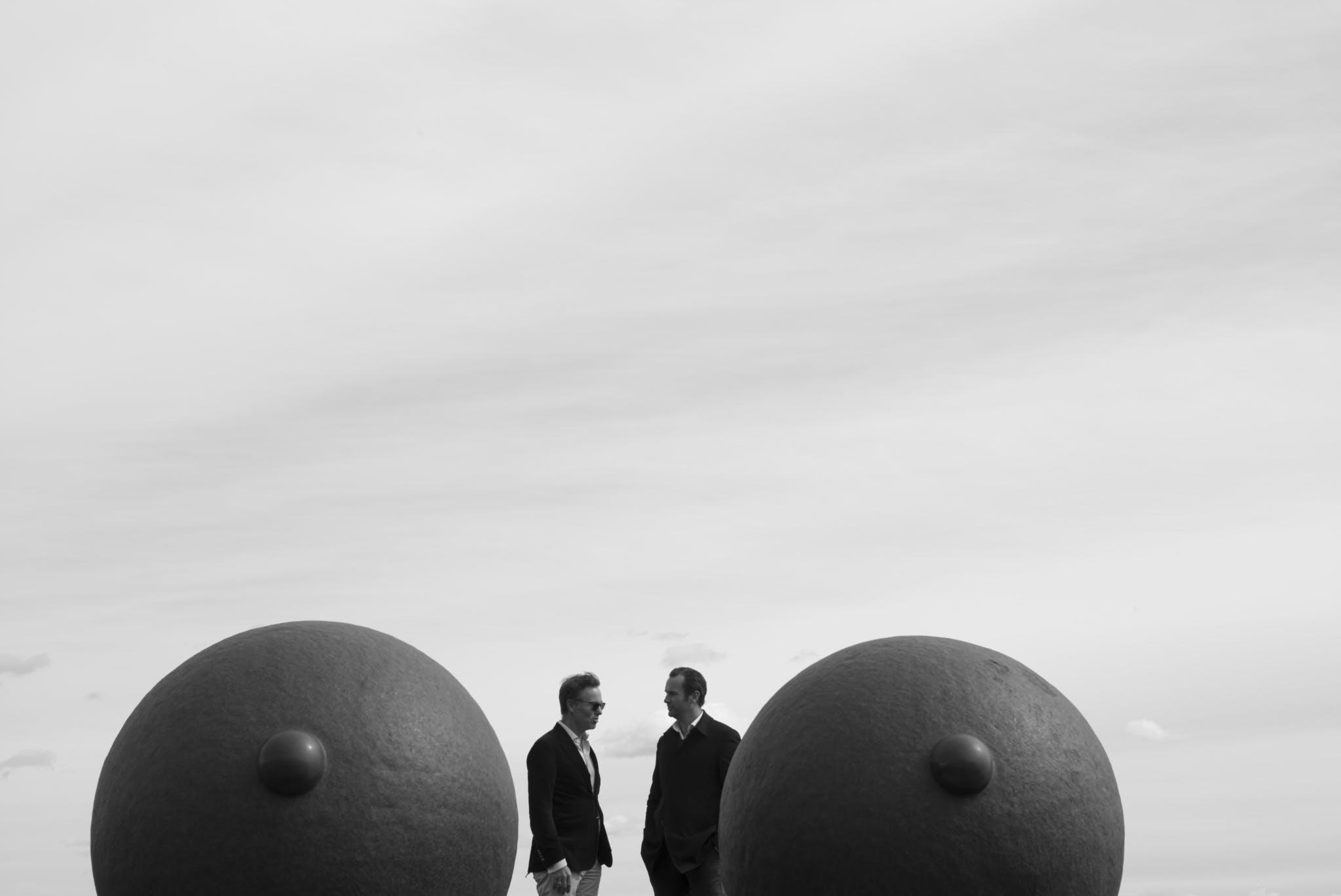 Frederik og Olav Selvaag fotografert ved Skulpturen Eyes