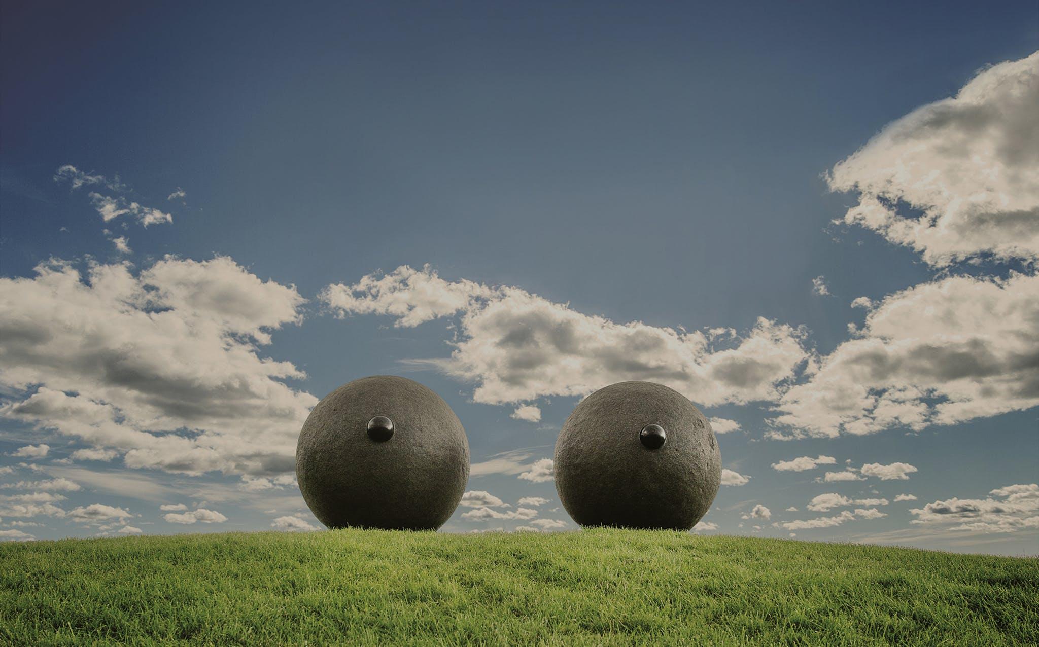Skulptur som er formet som to øyer, eller kvinnelige bryster, som står på Tjuvholmen