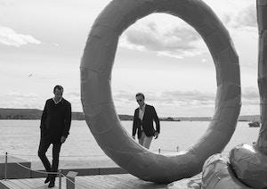 Frederik og Olav fotografert ved skulpturen Spalt
