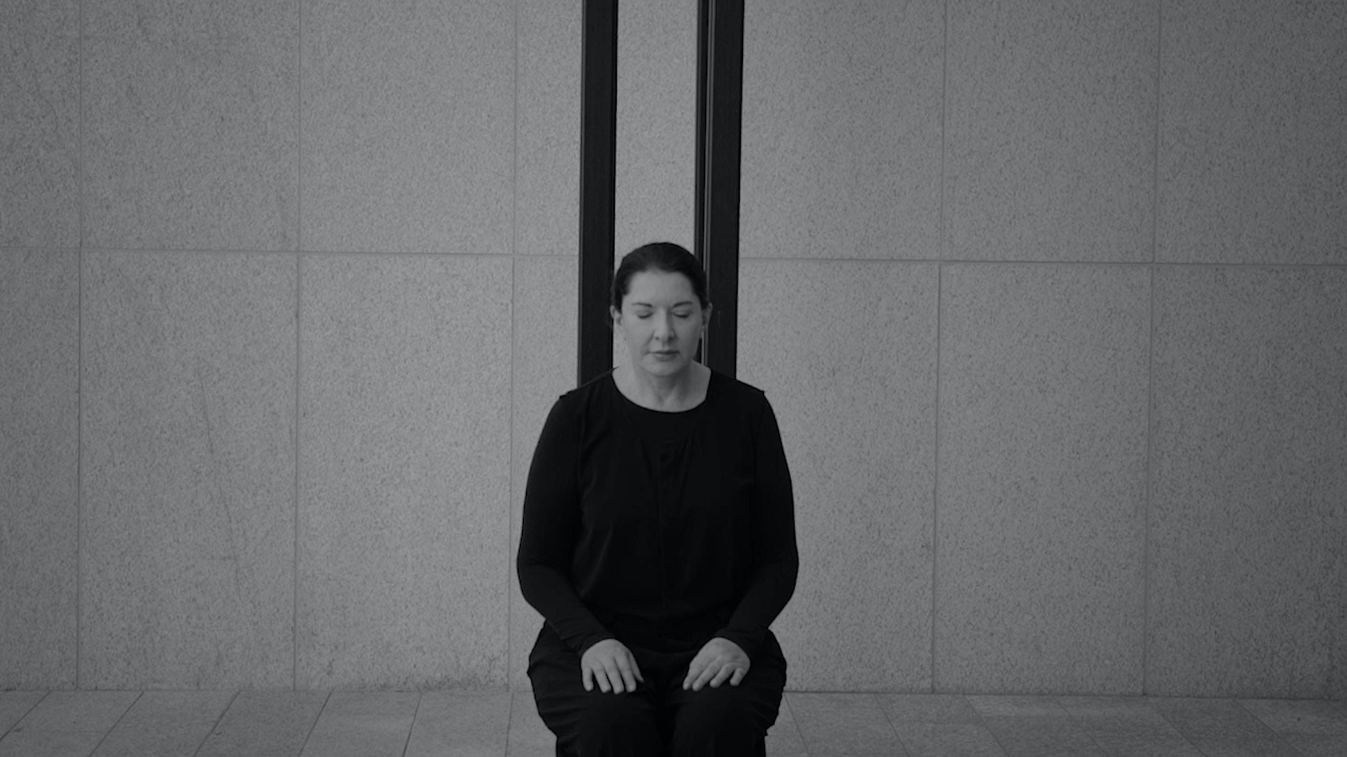 Kunstneren fotografert på stolen som er hennes egen skulptur
