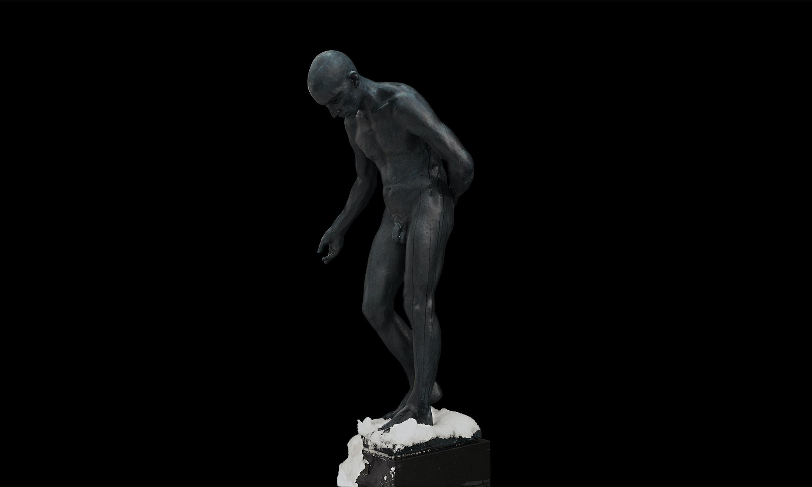 Skulptur av en mann som tar i mot applaus