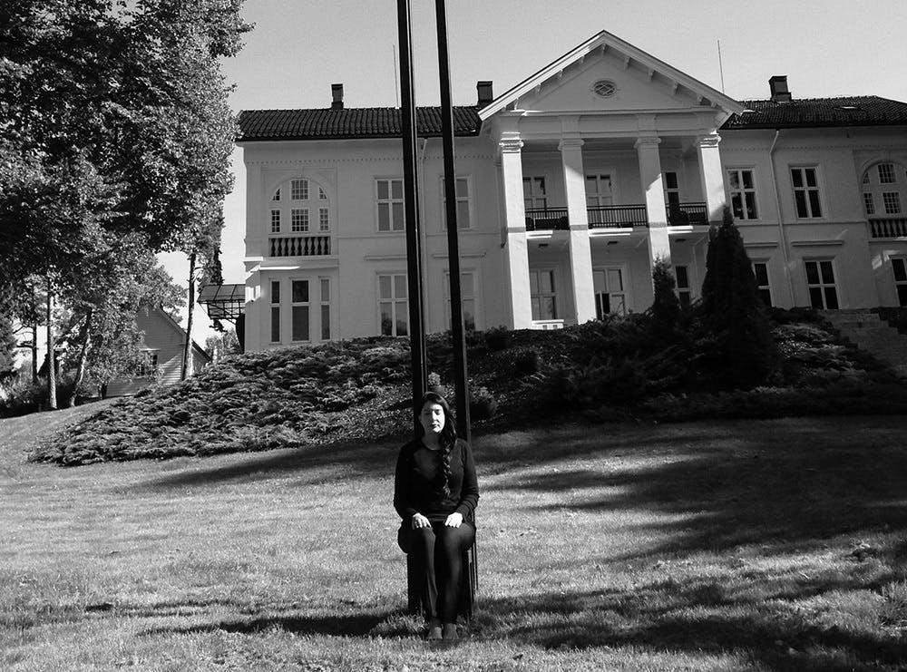 Abramovic sitter på sin egen skulptur utenfor Madserud Gård