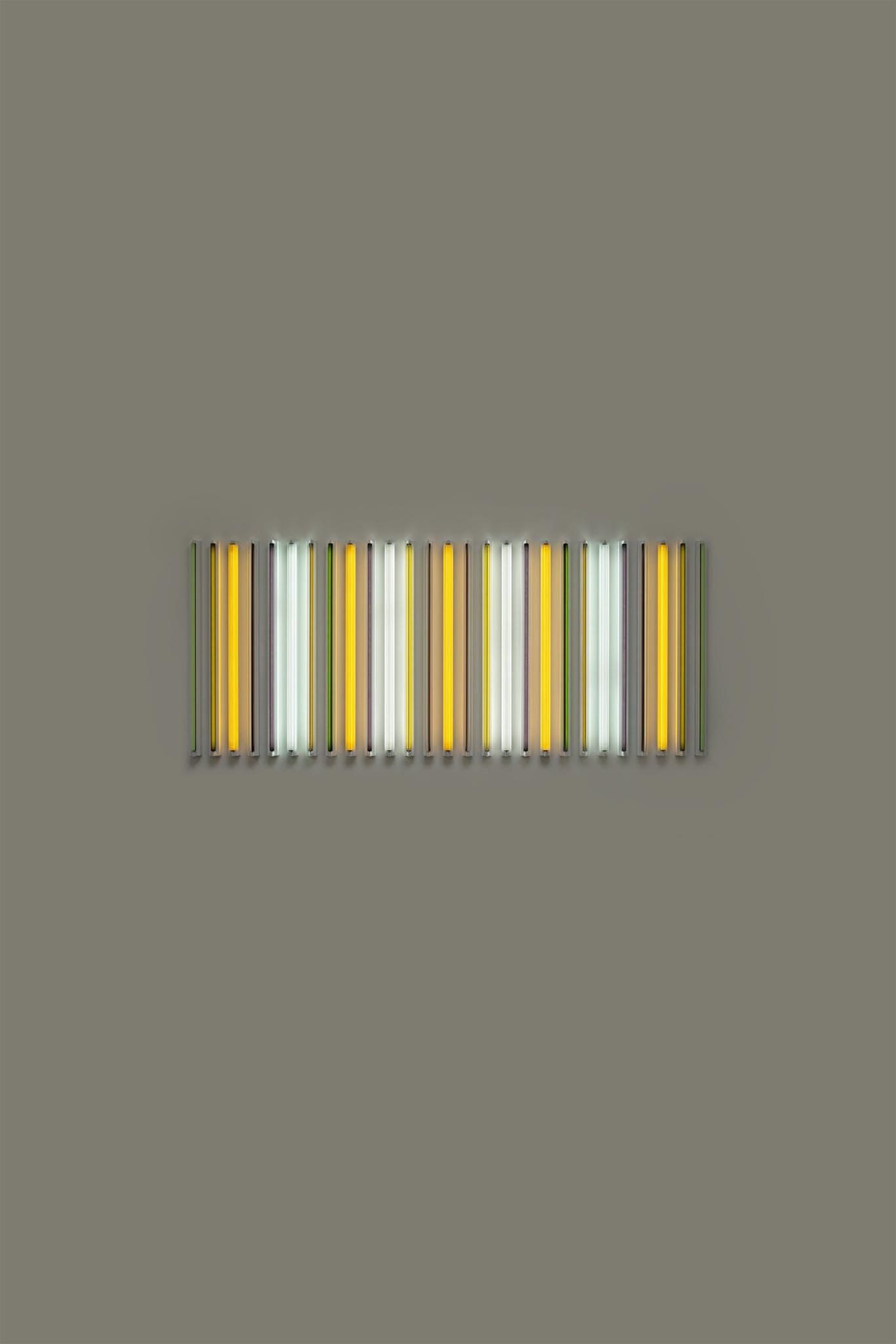 Bilde av lydinstallasjon med gule, grå, grønne og hvite lysrør