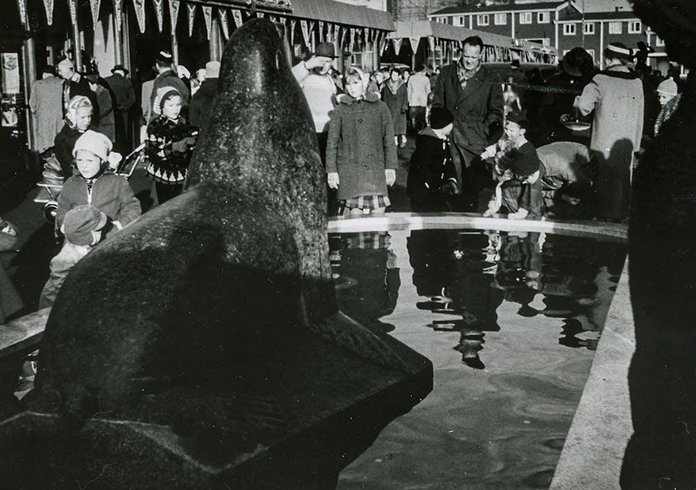 BIlde fra åpningen på Veitvedt. Sjøløven av Skule Waksvik i forgrunnen som mange mennesker betrakter.
