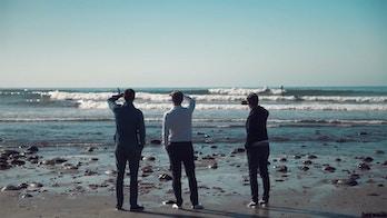 Olav, Frederik og Peder Lund ser utover havet i LA